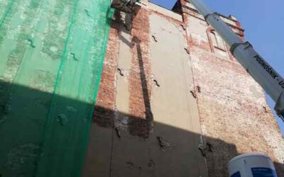 Odpadający tynk z komina – na ratunek podnośnik !